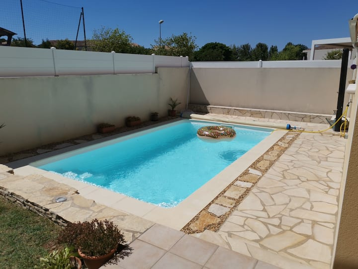 Villa avec Piscine dans un environnement calme.