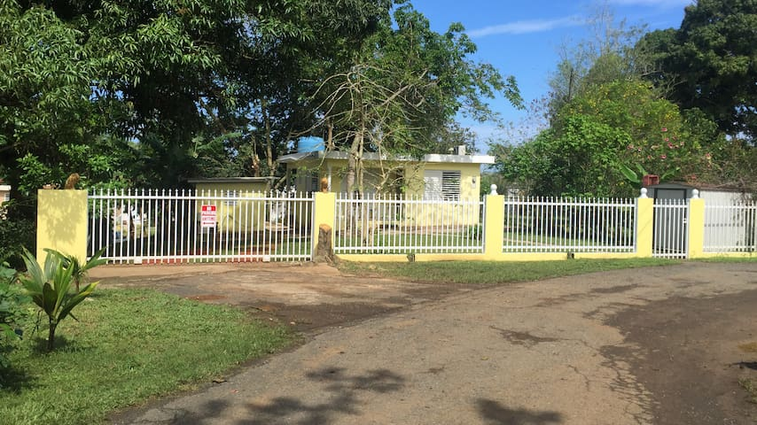 Simple Country Home Near Beaches; AC & WiFi - Mayagüez - Hus