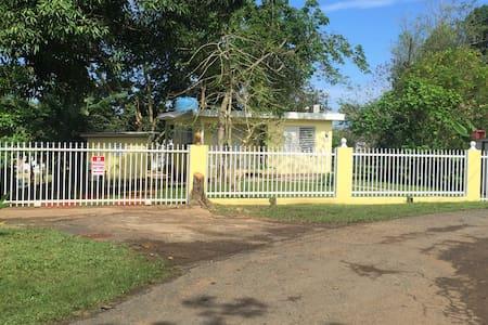 Simple Country Home Near Beaches; AC & WiFi - Mayagüez - Hus
