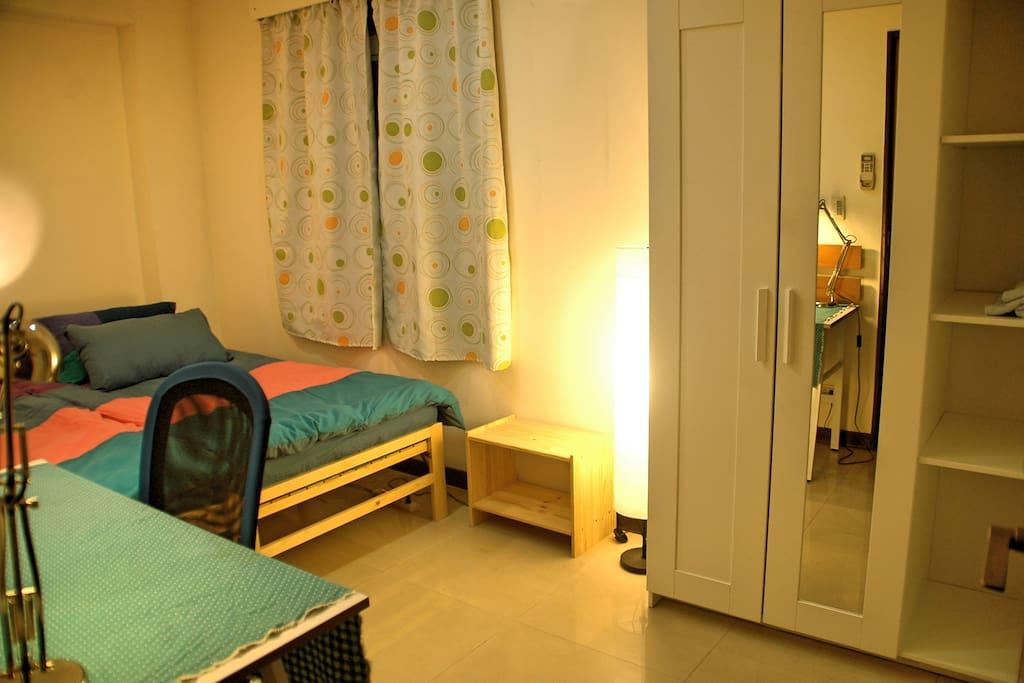 房間約5坪,有衣廚/Bedroom