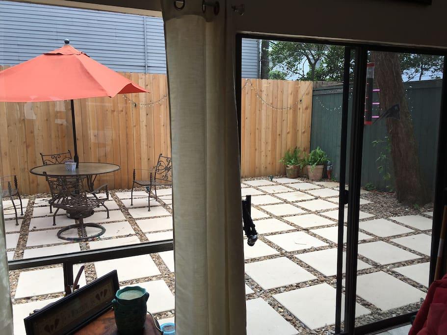 Quiet patio w/grill