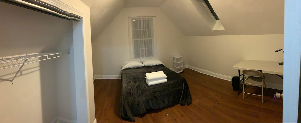 Private 3rd fl room near J&W Harborside (724)