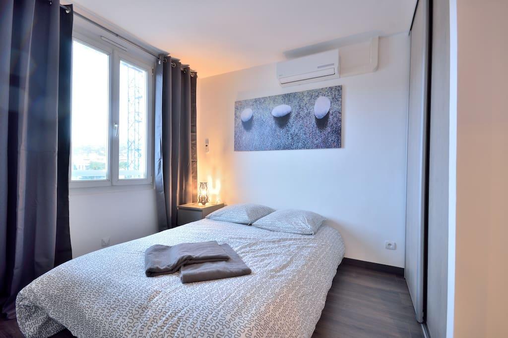 Une belle chambre cosy et relaxante :) avec clim réversible indépendante