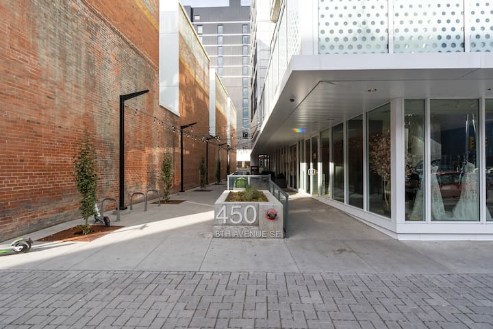 NEW TRENDY CONDO IN THE HEART OF DOWNTOWN CALGARY