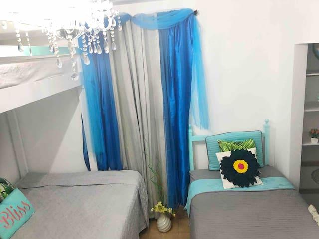 Blue... WIFI - GYM- Private Bathroom