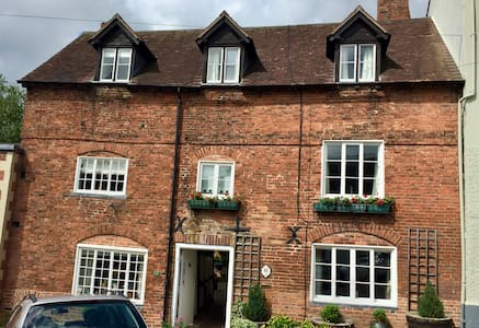 Delightful 2 bed town house in historic Ludlow.