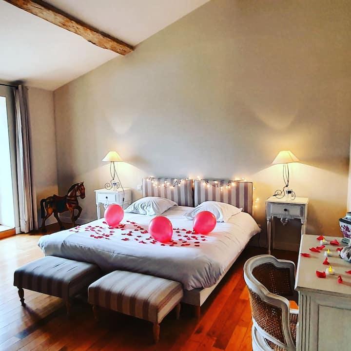 Chambre avec accès jacuzzi et salon avec cheminée