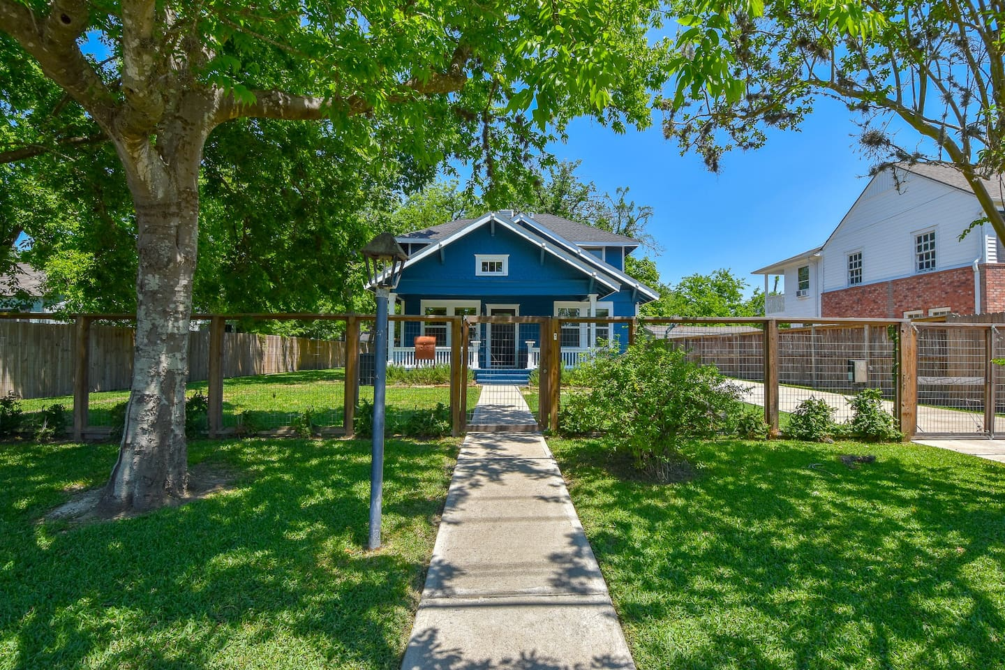 Breath deep! Welcome to your sanctuary in the heart of Houston. Pet friendly with fully fenced yard.