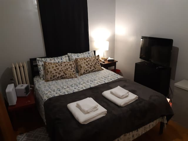 Affordable private room with queen size bed.