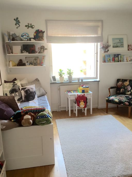 Bedroom/kidsroom with a extendable bed for two adults. Also a bed for a child up to three years old.