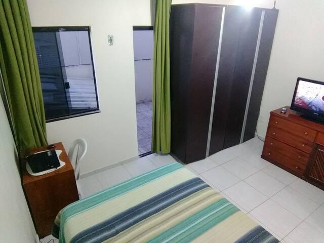 Quarto com banheiro e varanda. - Brasília - House
