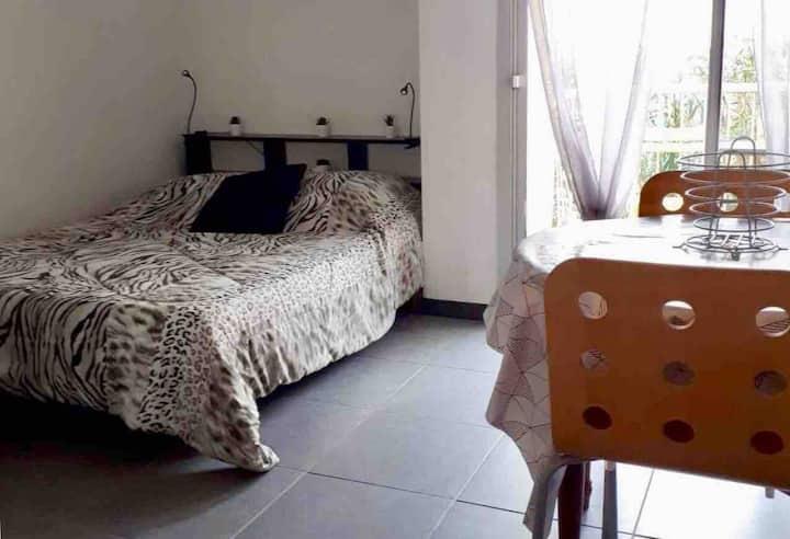 Studio avec jardinet et balcon idéalement situé