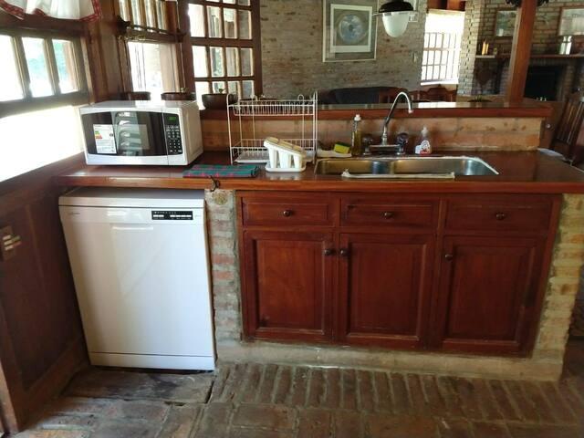 cocina con lavavajillas y microondas