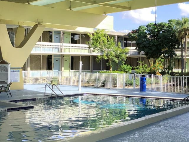 #SAFE! Cozy Unit,Pools, Breakfast for 2, Parking