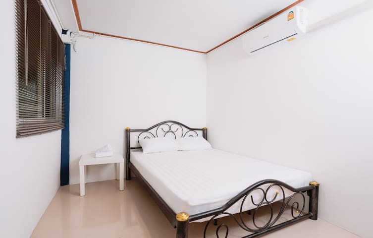 Private room for 2 with free WiFi 50m to Khaosan
