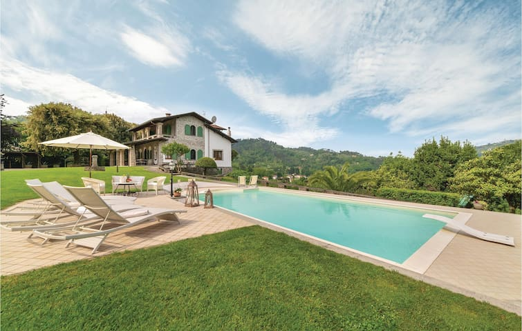 Holiday cottage with 5 bedrooms on 270m² in Camaiore (LU)