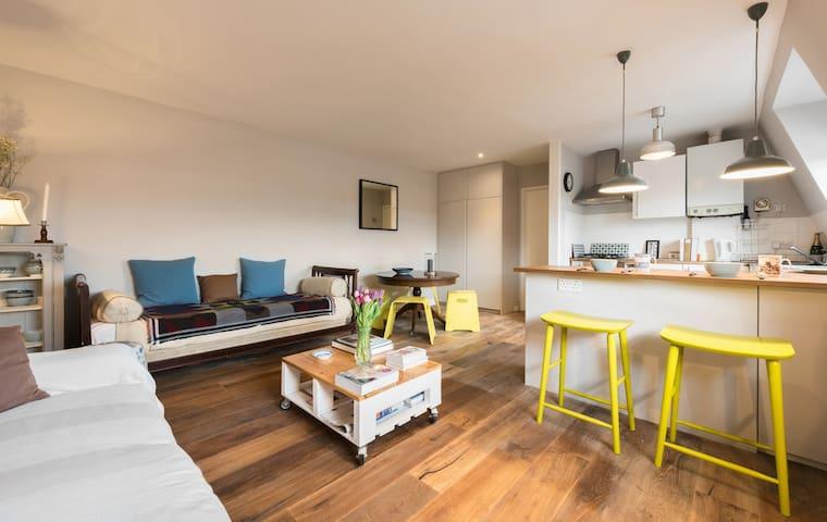Warm & Bright Rooftop flat nr NHill Longer Let