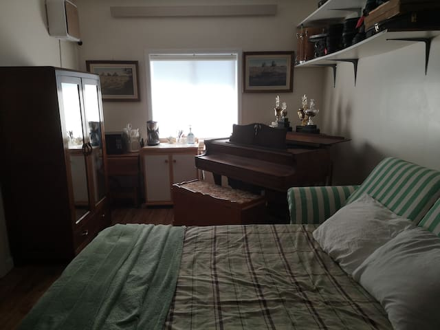 Hide a way Hide a bed with grand piano ..