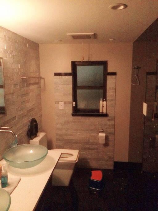 整个洗手间12万刀酒店豪华式装修 所有用具均为GROH品牌。