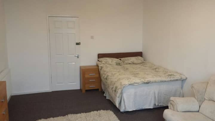 Twin Double room in shared house...near to College