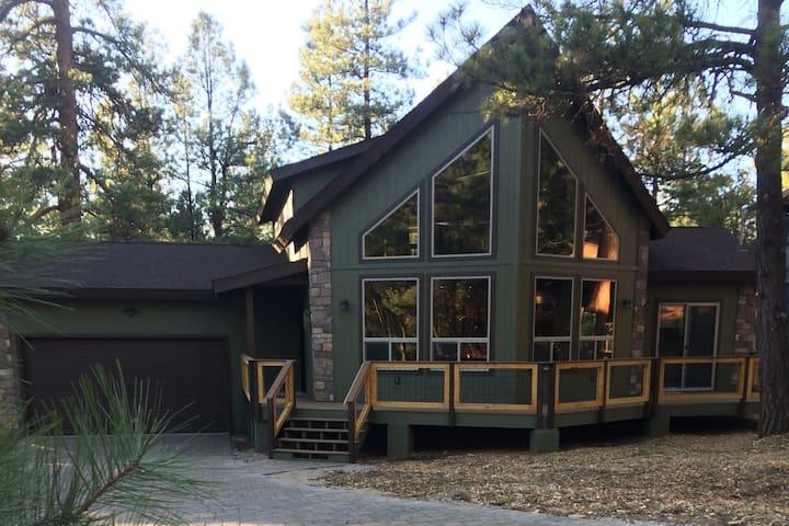 Brand new cabin near lake and hiking - Sedona - Houten huisje