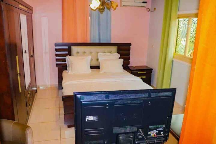 Chambre 3  Spacieuse, elle est située à l'étage équipée d'une salle de bain  avec douche et d'une télévision