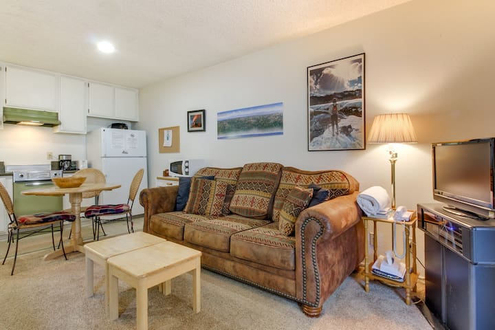 A lovely ground-floor studio with a shared pool, sauna, and hot tub