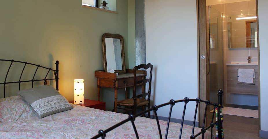 Belle chambre dans grand Mas en Provence - Ollières - House