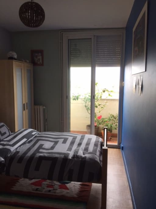Chambre simple et lumineuse. Avec accès direct au ptit' balcon.