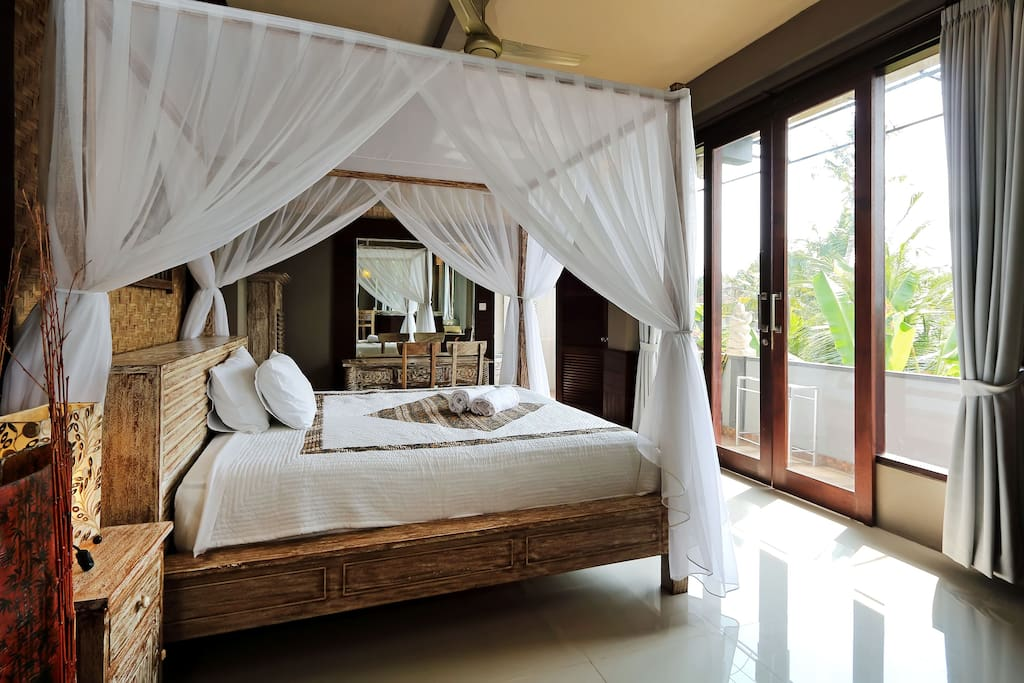 gro es zimmer klimaanlage wifi k chenzeile wohnungen zur miete in ubud bali indonesien. Black Bedroom Furniture Sets. Home Design Ideas