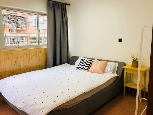 楼上复式套房1.8米大床加1.2米沙发床,沙发床为加床,需要提前沟通才能铺