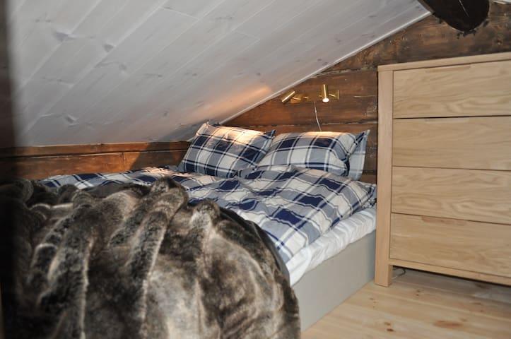 Dubbelsäng på loftet. (160 cm bred)