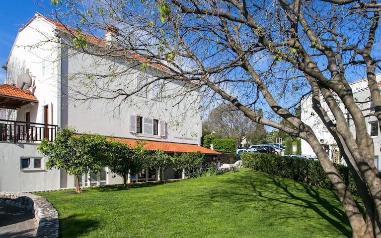 Lovely studio (30 m2) with garden in quiet area