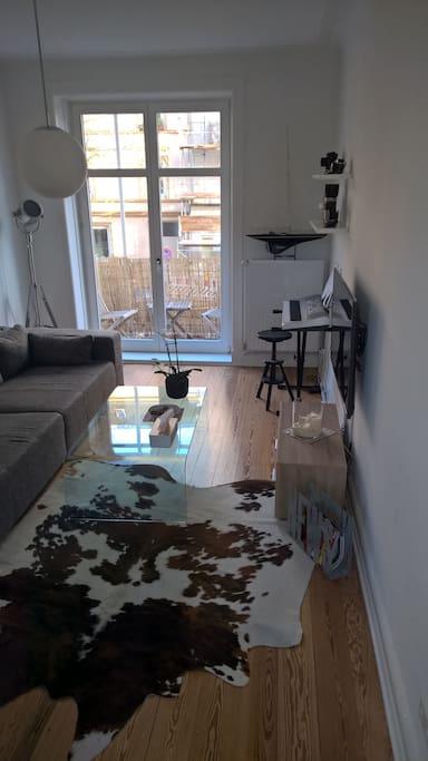 Am Ende des Wohnzimmers befindet sich ein kleiner Balkon mit 2 Stühlen und einem kleinen Tisch. Dort darf auch geraucht werden.