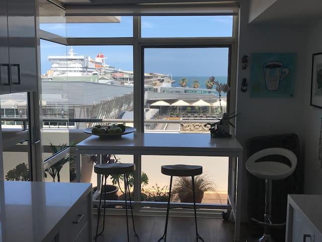 Stunning Beach Front Apartment, 10 mins to CBD - Port Melbourne - Leilighet