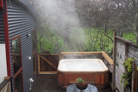 Texada Art Retreat;hot tub - Daylesford