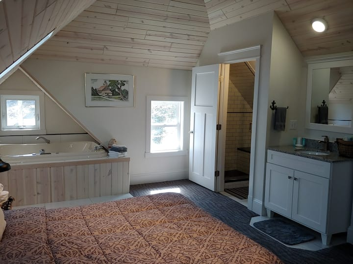 Deluxe Apartment with Whirlpool  *Stay & Play in Sturgeon Bay*