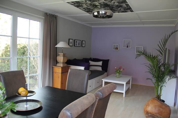 Modernes Apartment mit Garten