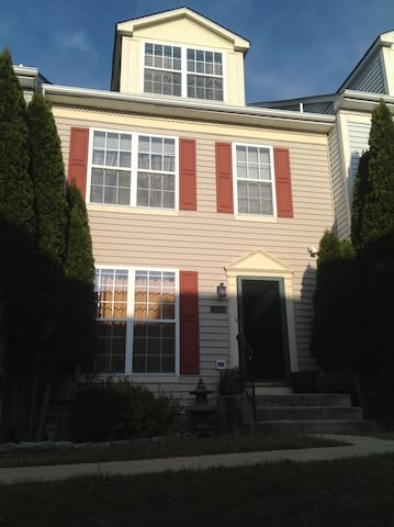 Great Townhouse Apt - The Village of Winterset