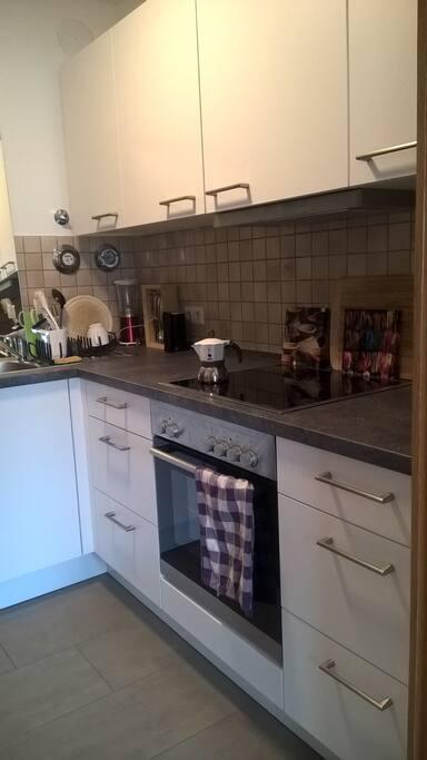 Moderne Küche zum Kochen