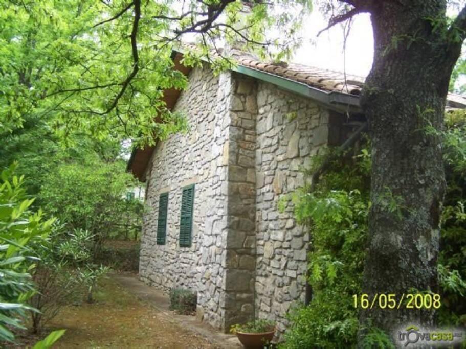 esterno casa con giardino