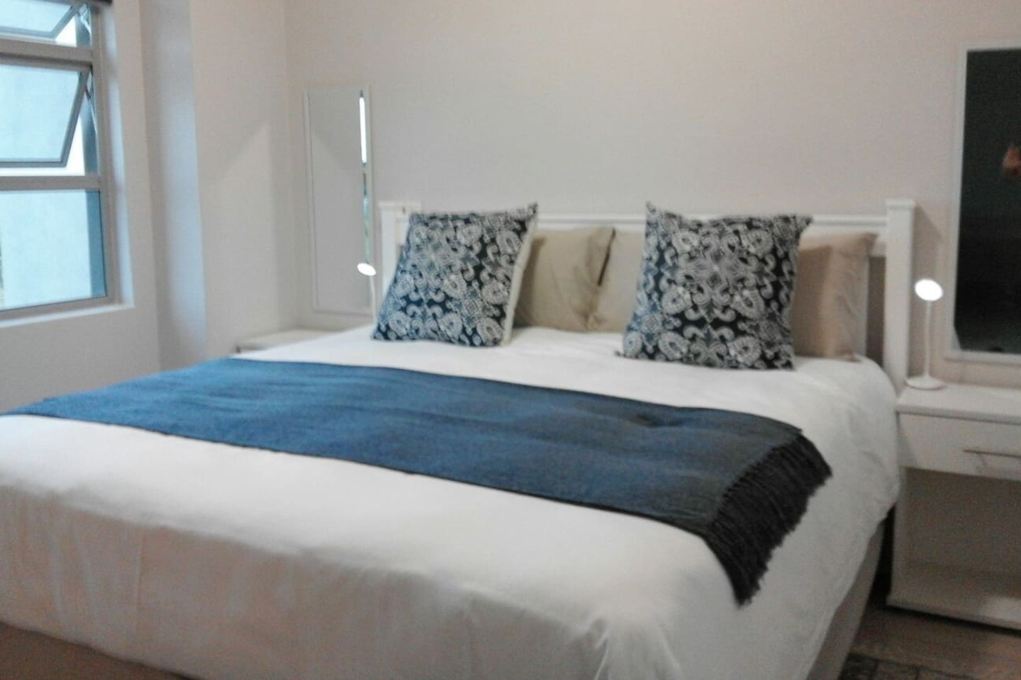 XL King Size bed. So so comfortable, with added luxury of percale linen.