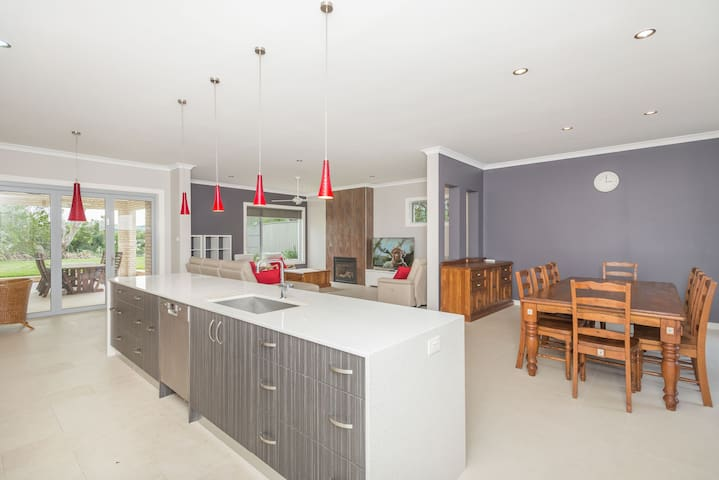 Large 6 room Luxury Mansion in Dee Why