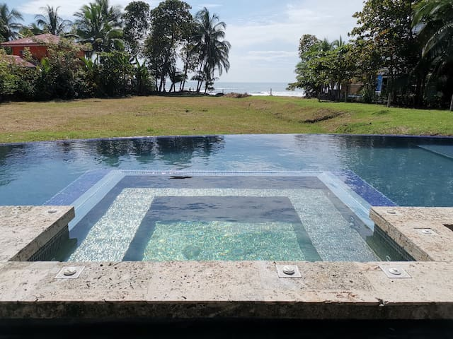 BEACHFRONT PRIVATE KING BED-AC-WIFI-POOL&JACUZZI