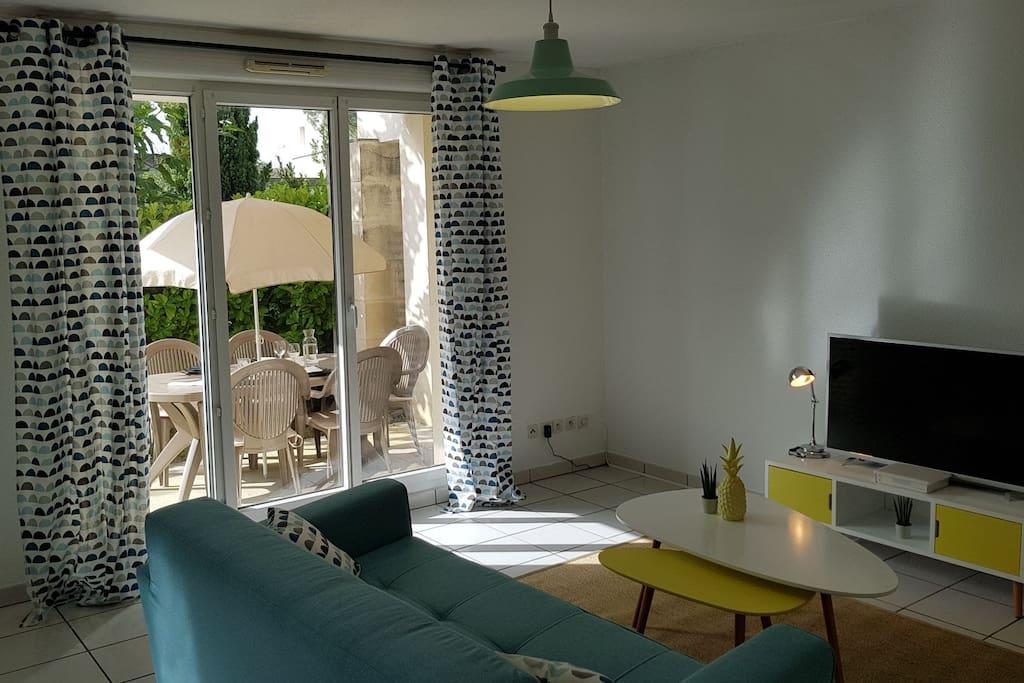 Espace salon avec accès direct sur jardin privé