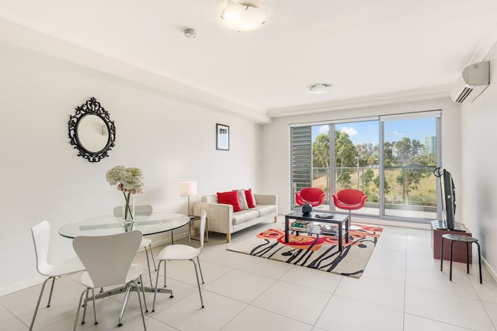 Love shopping or sports? Lux 1 bed unit with study