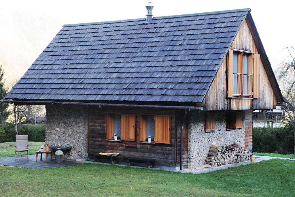 "Original highest quality wooden roof made out of shingles (""skodle"")."