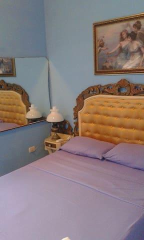Bella habitación de tipo colonial con balcón