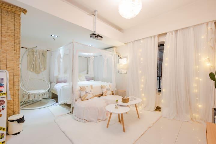 [玩的four-素]钟楼/回民街/城墙根/懒人沙发配投影/交通便利电梯大床房,一个适合做梦的地方