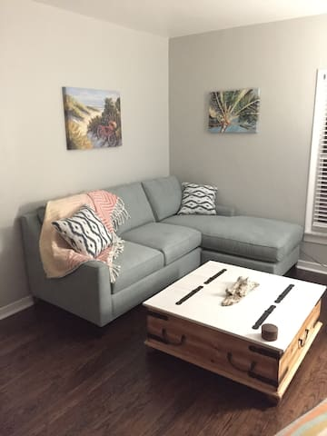 Charming private apt close to downtown and beach